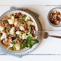 Volkorenpasta met groenten en hazelnoot