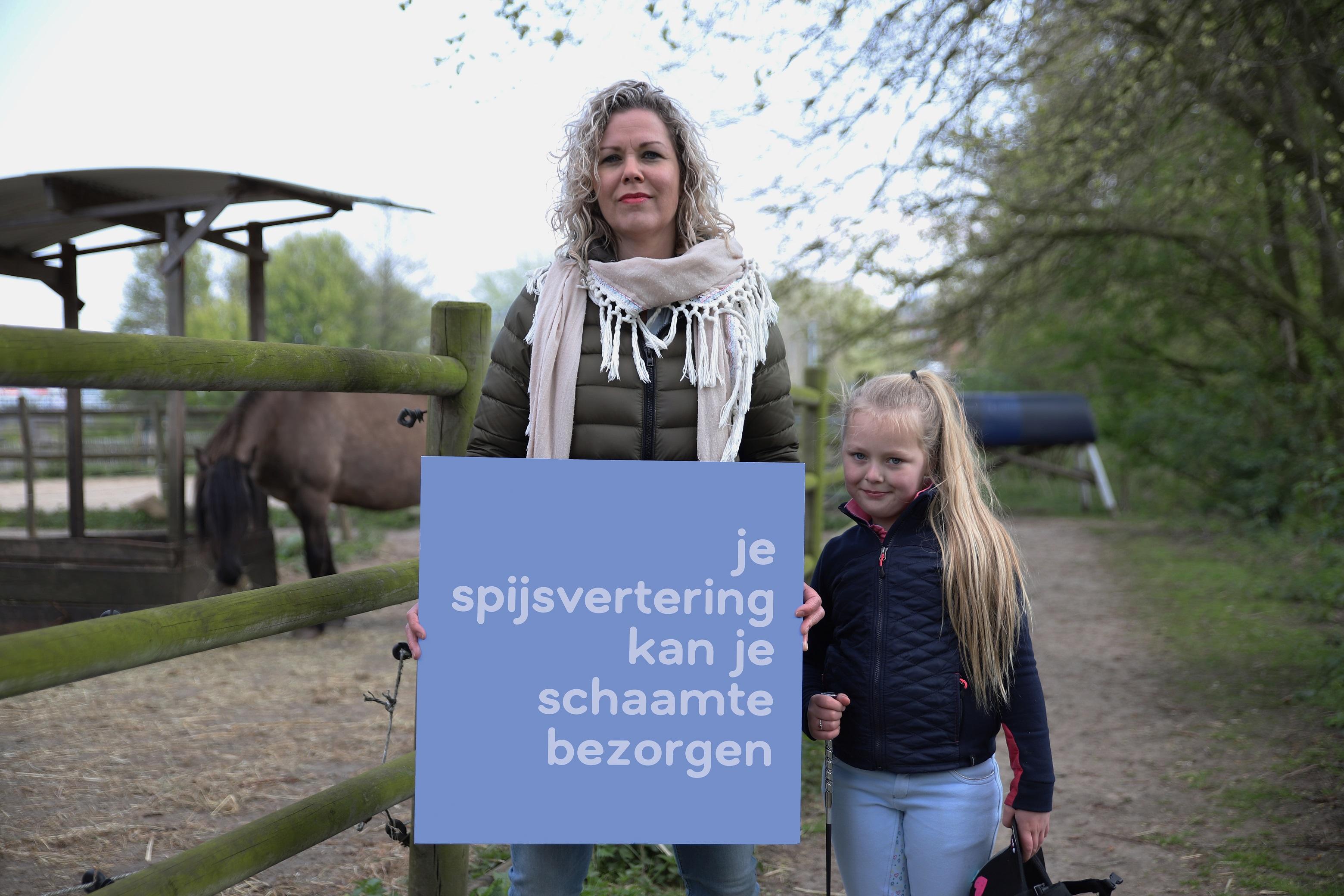 Chantal met dochter en bord 2 verkleind