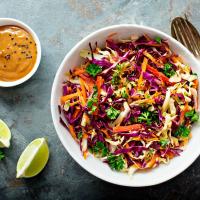 Kleurrijke salade met pindadressing