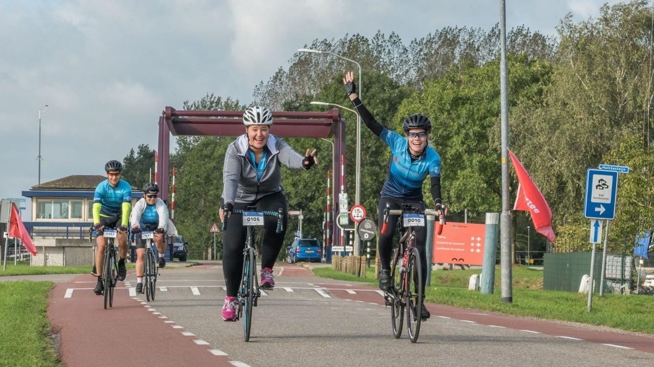 https://www.mlds.nl/content/uploads/Vriendinnen-op-de-fiets-tijdens-de-Zuiderzee-Klassieker-2019.jpg